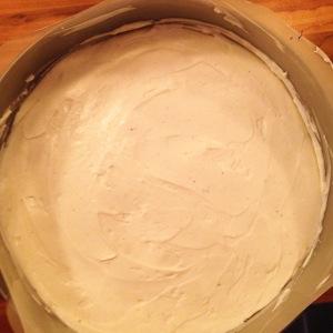 Ajout de la crème sur le biscuit émietté